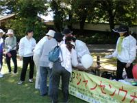 後楽園芝広場での 参加者受付の様子